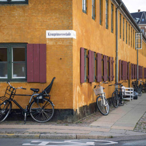 Дома Nyboder на улице Кронпринсессегаде в Копенгагене снятые в кинофильме Девушка из Дании